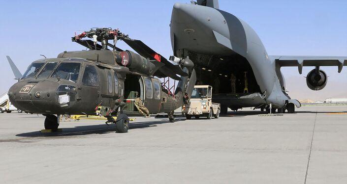 تحميل مروحية عسكرية على متن طائرة النقل العسكري الأمريكية سي 17 غلوب ماستر 3