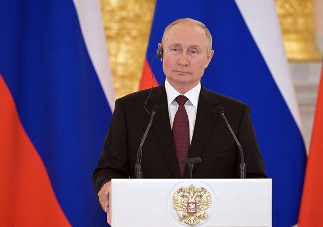 الرئيس الروسي فلاديمير بوتين خلال مؤتمر صحفي مع أنجيلا ميركل في موسكو