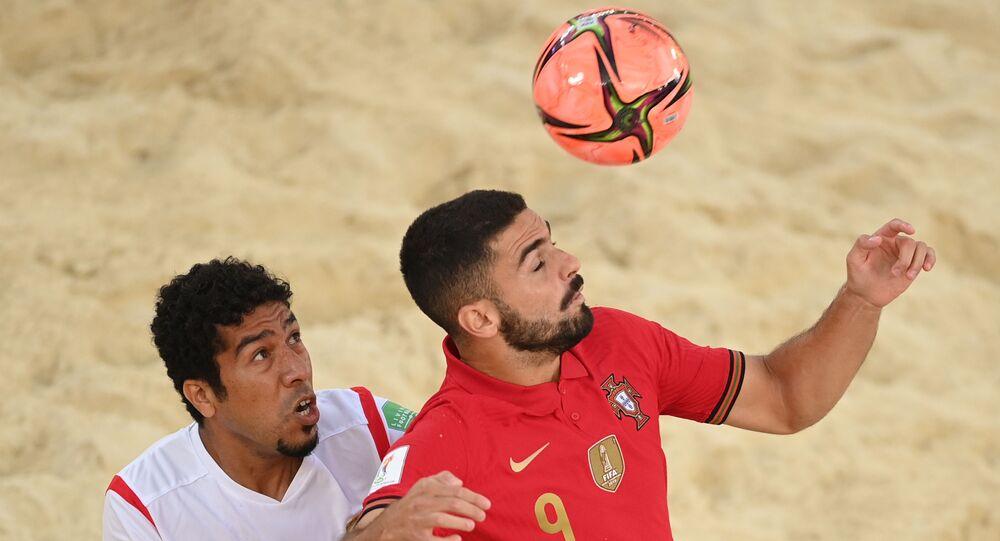 من اليمين اللاعب البرتغالي فون والعماني منذر حامد العريمي خلال مباراة الدور الأول في دور المجموعات لكأس العالم للكرة الشاطئية 2021 بين البرتغال وسلطنة عمان.