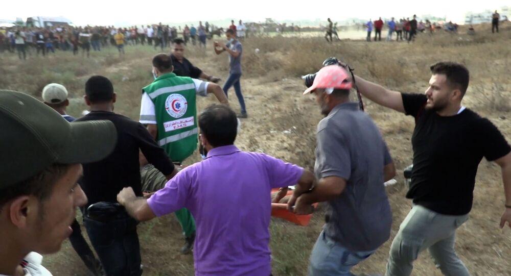 الذكرى الثانية والخمسون لحرق المسجد الأقصى ونقل  جرحى أثناء مواجهات مع الجيش الإسرائيلي