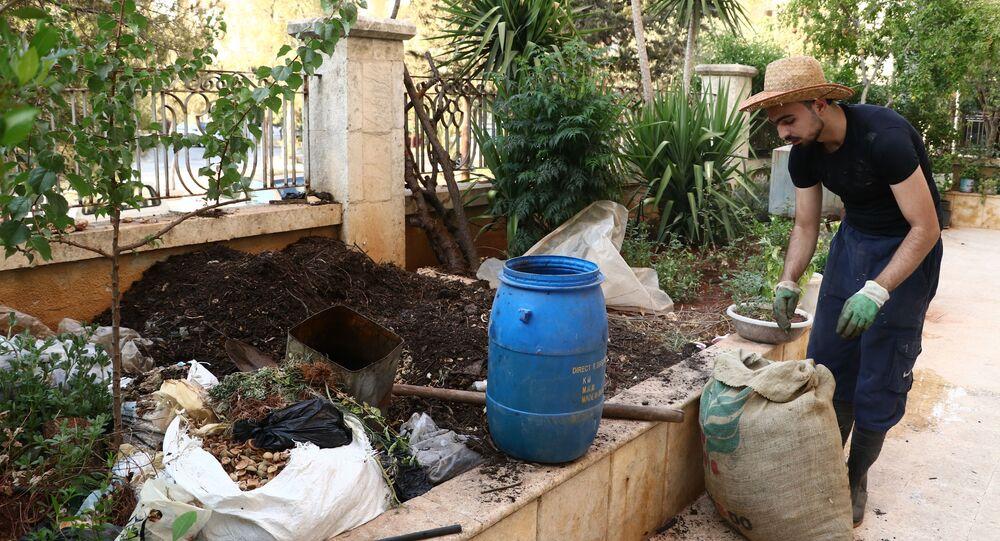 نبّت.. شاب من حلب يحول نفايات الحي إلى سماد لحدائقه