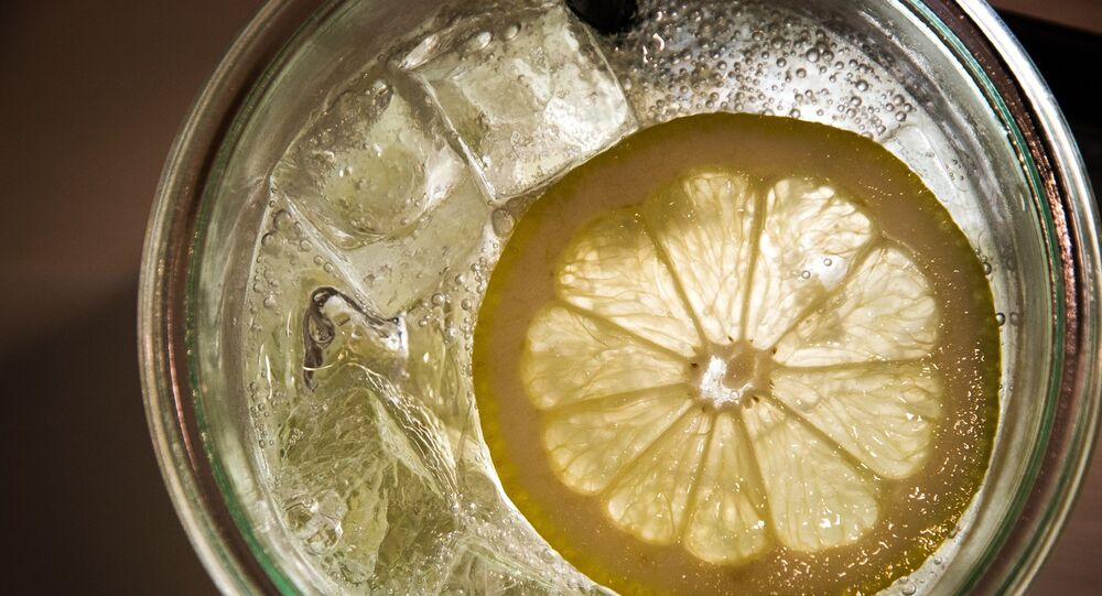 كأس من المياه مع الثلج