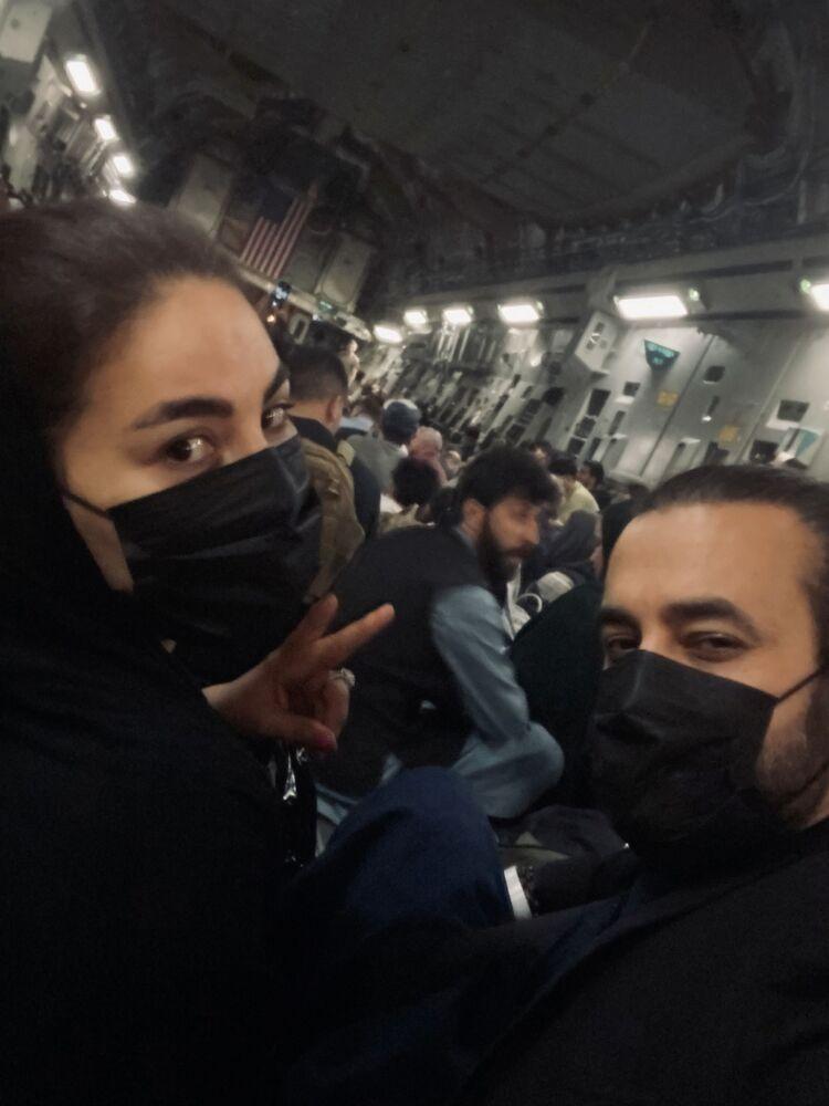 المغنية الأفغانية أريانا سايد (Aryana Sayeed) تغادر كابول على متن طائرة الإجلاء