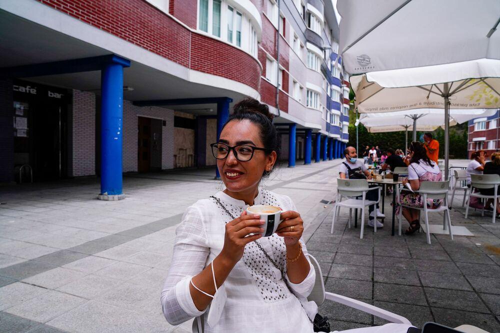 كابتن المنتخب الوطني الأفغاني لكرة السلة للسيدات، نيلوفار بيات، تحتسي القهوة في بلباو، إسبانيا، 22 أغسطس 2021