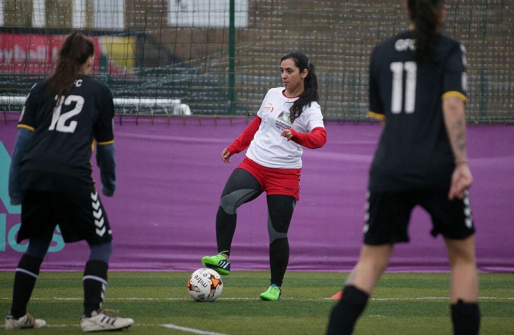 في هذه الصورة التي التقطت في 9 أبريل 2018 ، تحضر قائدة كرة القدم النسائية الأفغانية السابقة خالدة بوبال (وسط) دورة تدريبية في جنوب لندن.
