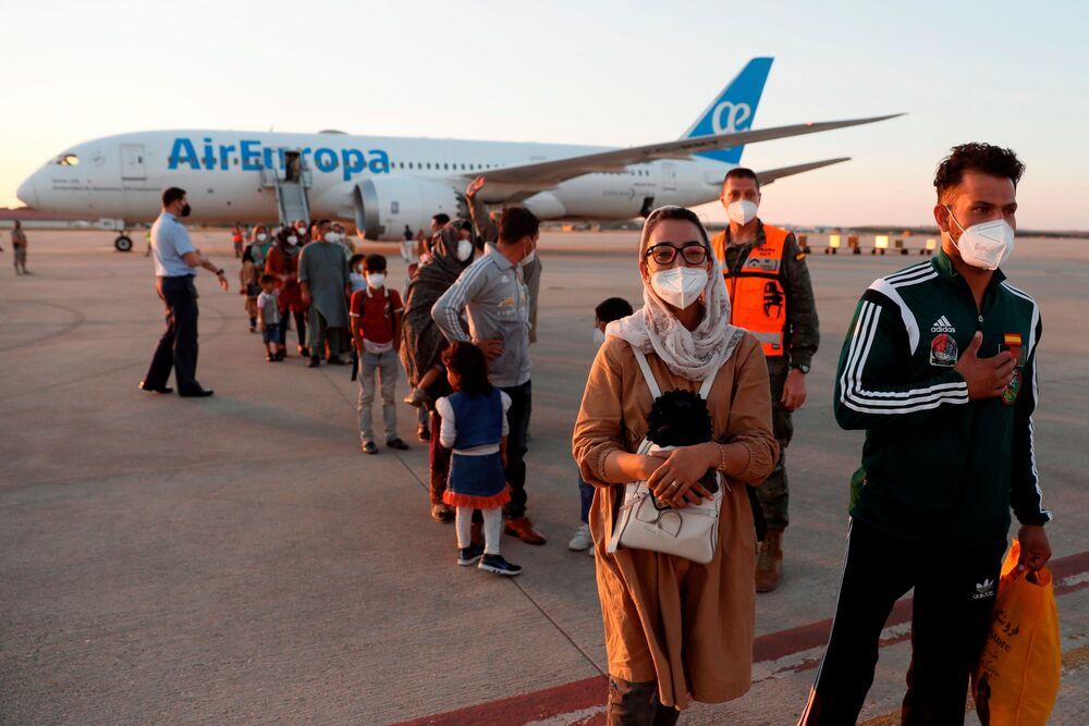 نيلوفار بيات، كابتن فريق كرة السلة الأفغاني، تصل إلى جانب مواطنيها الذين تم إجلاؤهم من كابول في قاعدة توريجون الجوية في توريجون دي أردوز، خارج مدريد، إسبانيا، 20 أغسطس 2021