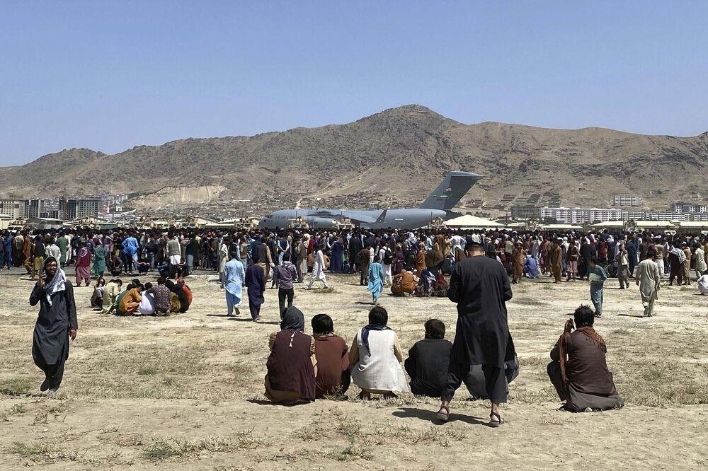 في 16 أغسطس 2021، صورة ملف تجمع مئات الأشخاص بالقرب من طائرة نقل تابعة للقوات الجوية الأمريكية من طراز سي-17، على طول محيط المطار الدولي في كابول، أفغانستان.