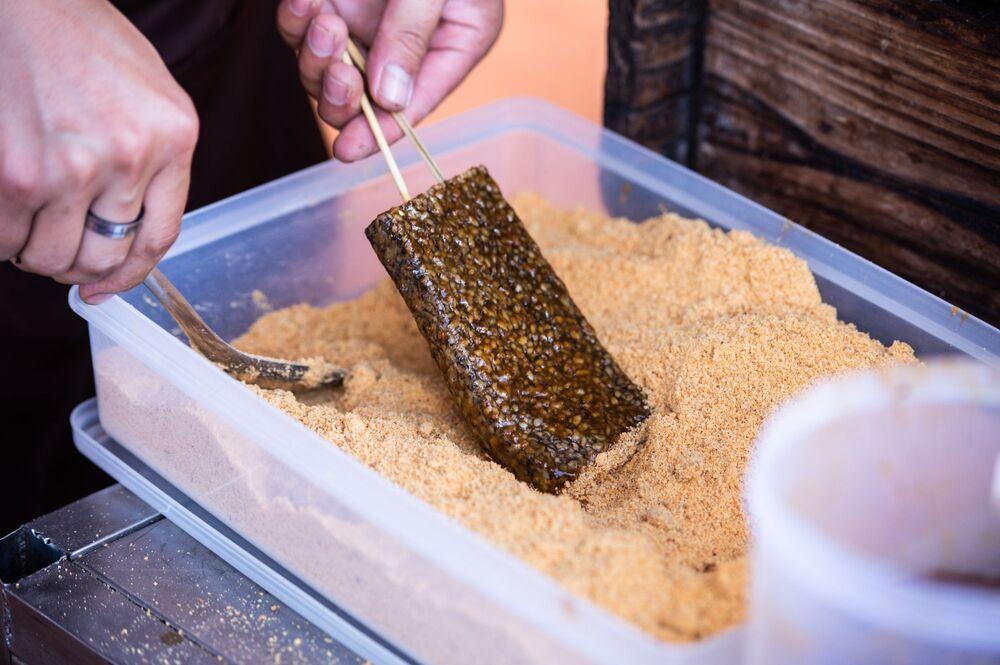 فطائر معدة من الرز و دم الخنزير من الوجبات الشهية في تايلاند