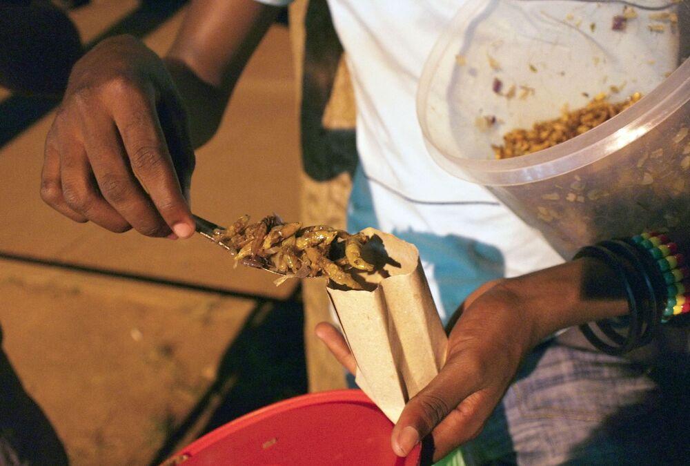 الجراد المقلي في أوغندا