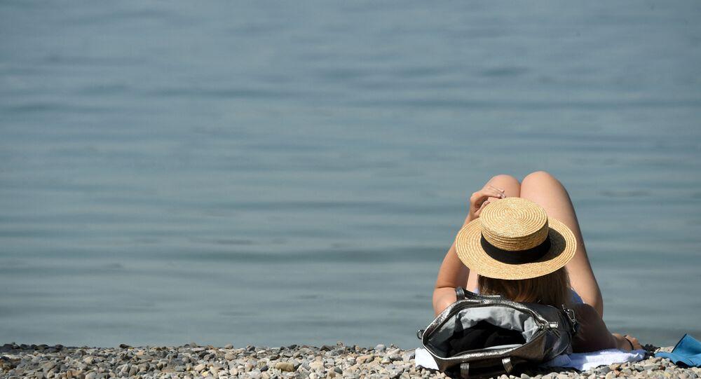 إمرأة تحصل على حمام شمس