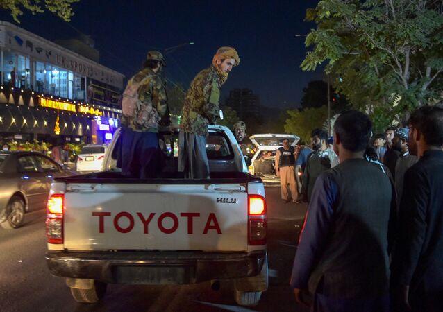 عناصر تنظيم طالبان خارج مشفى، حيث ينم احضار جرحى عمليات انفجار ارهابية في مطار كابول، أفغانستان 26 أغسطس 2021