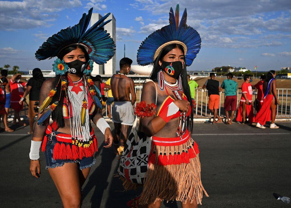 نساء من السكان الأصليين من قبيلة كريناك خلال احتجاج خارج مبنى المحكمة العليا في برازيليا، البرازيل 24 أغسطس 2021