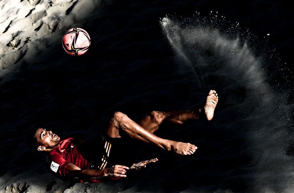 تشيكا الإسباني خلال مباراة مرحلة المجموعات في كأس العالم للكرة الشاطئية 2021 بين منتخبي إسبانيا والإمارات، وتشيكا الإسباني خلال مباراة دور المجموعات في بطولة كأس العالم للكرة الشاطئية 2021 بين منتخبي إسبانيا والإمارات، موسكو، روسيا 23 أغسطس 2021