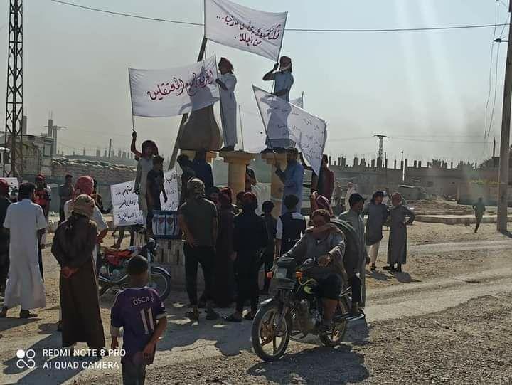 الشعيطات يتظاهرون ضد اعتقال الجيش الأمريكي لشبانهم الذين قاتلوا داعش