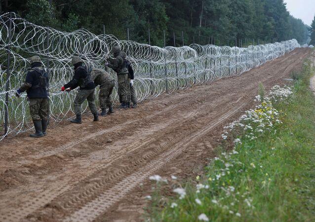 بولندا تنشر أسلاك شائكة على حدودها مع بيلاروسيا، 26 أغسطس 2021