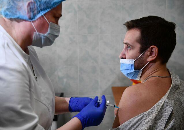 حملة تطعيم طلاب جامعة أورال الحكومية بـ لقاح سبوتنيك لايت، ضد كوفيد-19، يكاتيرينبورغ، روسيا 30 أغسطس 2021