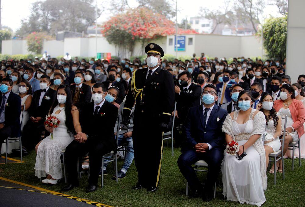 الأزواج خلال أول حفل زفاف جماعي منذ ظهور جائحة فيروس كورونا (كوفيد-19) في ليما، بيرو  28 أغسطس 2021