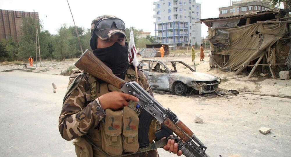 أحد عناصر حركة طالبان بعد القصف الصاروخي في مدينة كابول، أفغانستان 30 أغسطس 2021