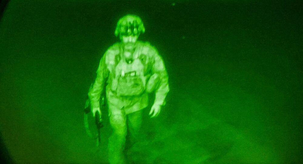 آخر جندي أمريكي يغادر أفغانستان اللواء  كريس دوناهيو قائد الفرقة 82 المجوقلة 30 أغسطس 2021