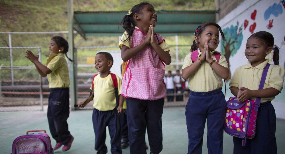 أطفال يقفزون ويبتسمون أثناء الفصل في مدرسة في كاراكاس، فنزويلا 7 أكتوبر 2019