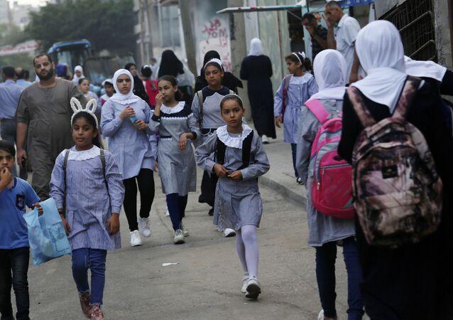 تلاميذ وطلاب مدارس الأونروا يتوجهون إلى المدراس مخيم الشاطئ، قطاع غزة، فلسطين 8 أغسطس 2020