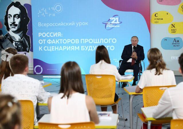 زيارة الرئيس الروسي فلاديمير بوتين إلى منطقة الشرق الأقصى الروسي ولقاء التلاميذ في يوم المعرفة بمناسبة بدء العام الدراسي الجديد.