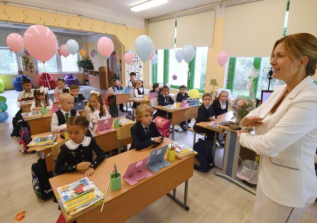 بداية العام الدراسي لتلاميذ الصف الأول بمدرسة رقم 1298 في موسكو، روسيا 1 سبتمبر 2021