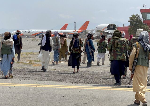 عناصر حركة طالبان تسيطر على مطار حامد كرزاي الدولي في كابول، أفغانستان 31 أغسطس 2021
