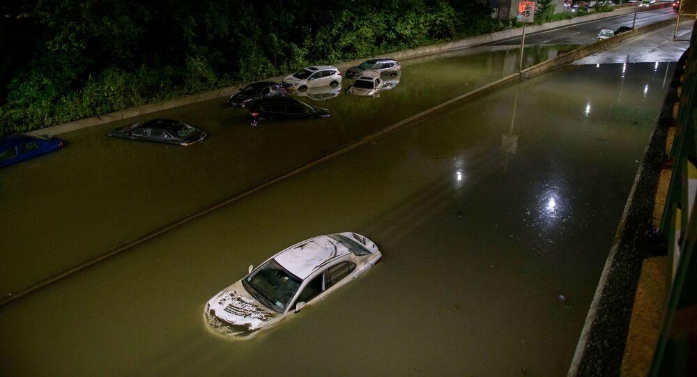 سيارات غارقة في مياه الفيضانات على طريق سريع في بروكلين - نيويورك