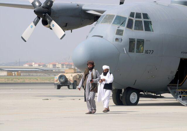 عناصر حركة طالبان يتجولون في مطار حامد كرزاي الدولي في كابول، أفغانستان 31 أغسطس 2021