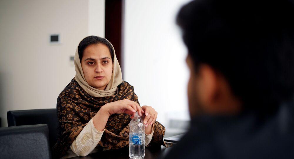 مذيعة الأخبار الأفغانية، بهشتا أرغاند، تتحدث إلى شقيقها في مجمع سكني مؤقت في العاصمة القطرية الدوحة، 1 سبتمبر/ أيلول 2021