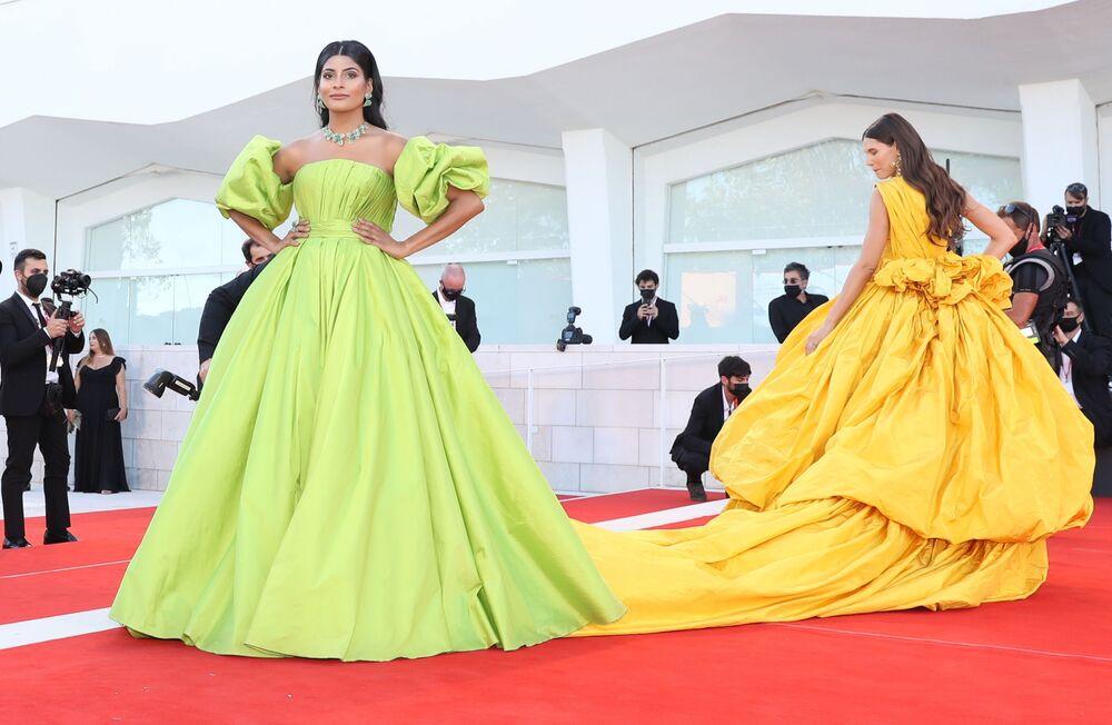 عارضة الأزياء الهندية، مؤسسة مدونة امرأة من العالم، فرحانة بودي (على اليسار)، والعارضة الإيطالية بيانكا بالتي، في حفل افتتاح مهرجان البندقية السينمائي الدولي في نسخته الـ 78.