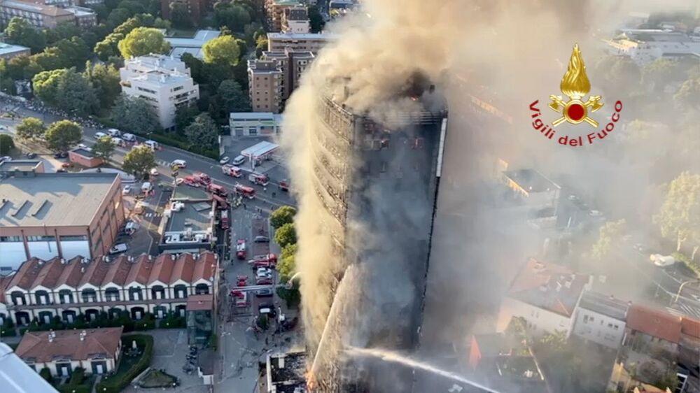 اندلاع حريق كبير في مبنى سكني في ميلانو، إيطاليا، 29 أغسطس 2021