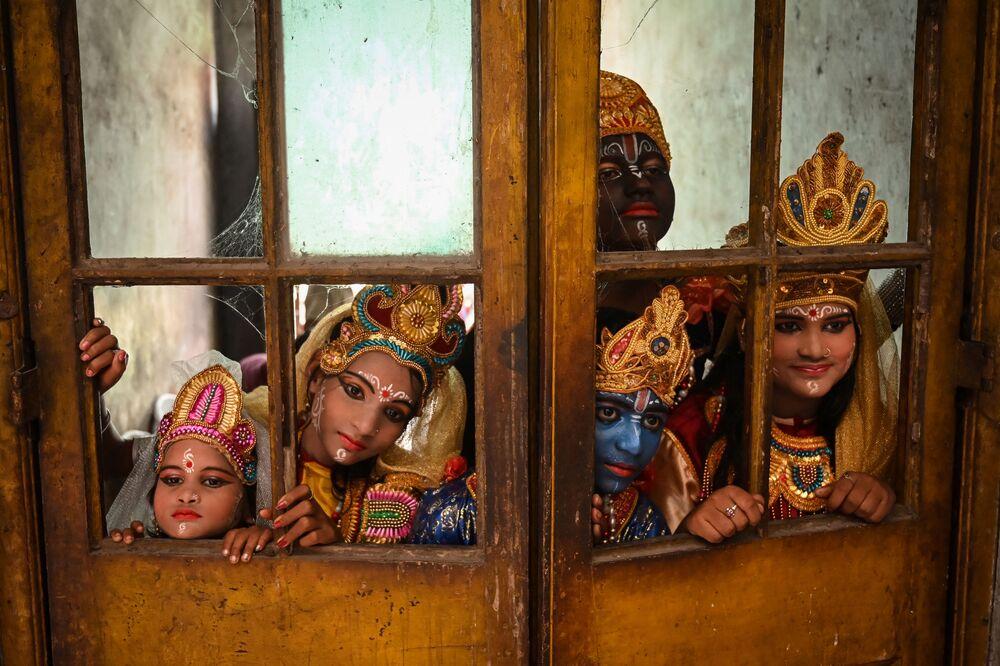 فنانون يرتدون أزياء الإله الهندوسي كريشنا ورفاقه الأسطوريين، وهم ينتظرون بدء مهرجان جانماشتامي للاحتفال بميلاد اللورد كريشنا في كولكاتا، الهند في 30 أغسطس 2021