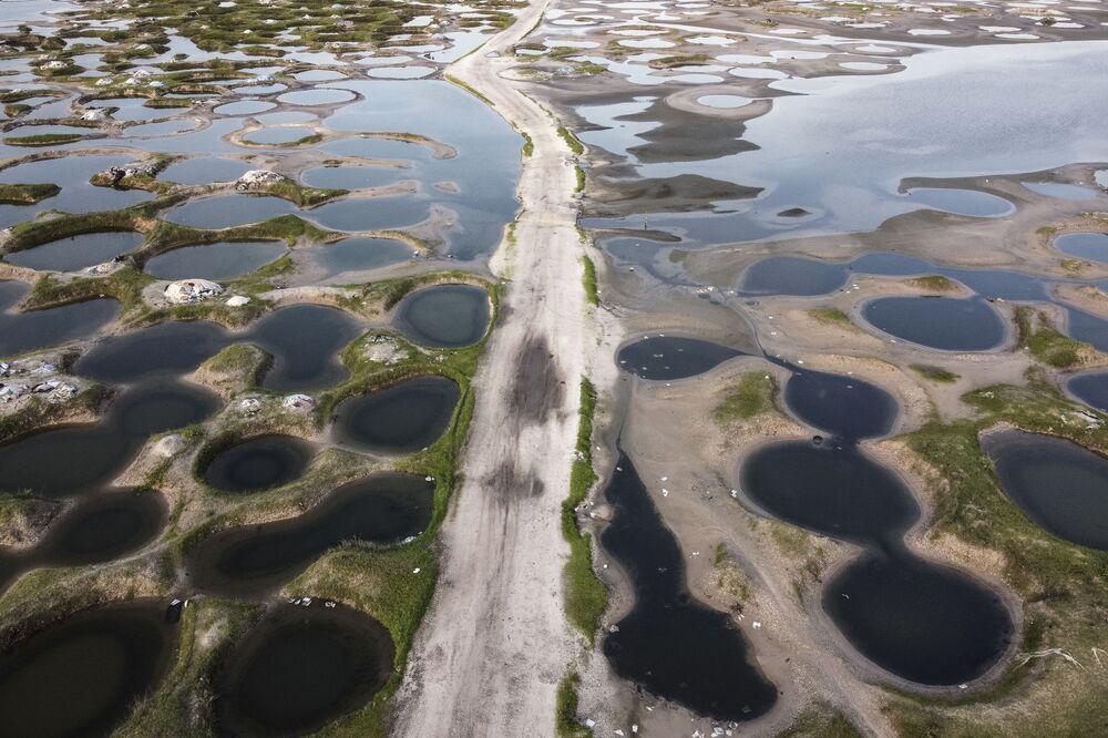 منظر جوي لطريق يمر عبر مناجم الملح التي غمرتها الفيضانات خلال موسم الأمطار في بالمارين، السنغال، 31 أغسطس 2021