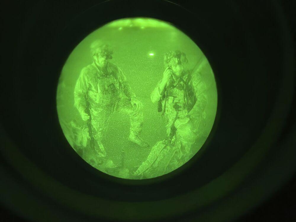 في هذه الصورة التي تم التقاطها من خلال نطاق الرؤية الليلية والتي قدمها الجيش الأمريكي، يستعد الميجور جنرال كريس دوناهو، قائد الفرقة 82 المحمولة جواً بالجيش الأمريكي، الفيلق الثامن عشر المحمول جواً، بصفته آخر جندي أمريكي يغادر أفغانستان، للصعود على متن طائرة شحن C-17 في مطار حامد كرزاي الدولي في كابول، أفغانستان، 30 أغسطس 2021.