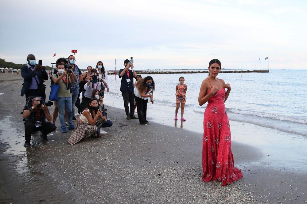 الممثلة سيرينا روسي، التي ستستضيف حفل افتتاح الدورة الـ78 من مهرجان البندقية السينمائي الدولي، تقف خلال جلسة تصوير على الشاطئ في البندقية، إيطاليا، 31 أغسطس 2021
