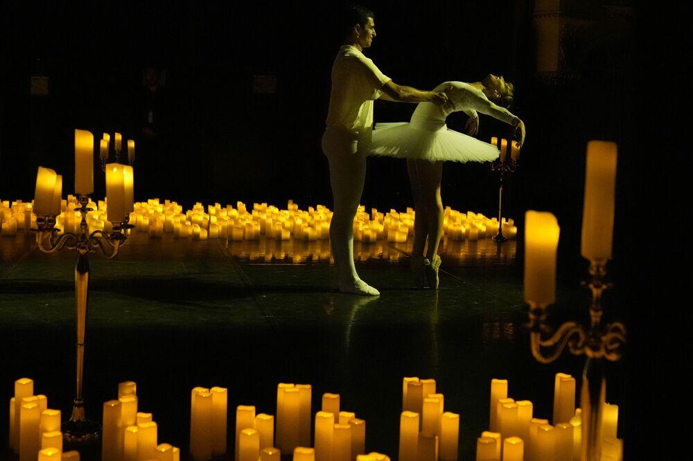 الراقصون سهراب شيتان، إلى اليسار، وأكسيل شاجنو يؤدون أغنية كسارة البندق من قبل فرقة تشاوكوفسكي للباليه، خلال حفل بيانو على ضوء الشموع، يؤديه كريستوف بوكوجيان وكارين زاريفيان، في مسرح موغادور في باريس، فرنسا 1 سبتمبر 2021