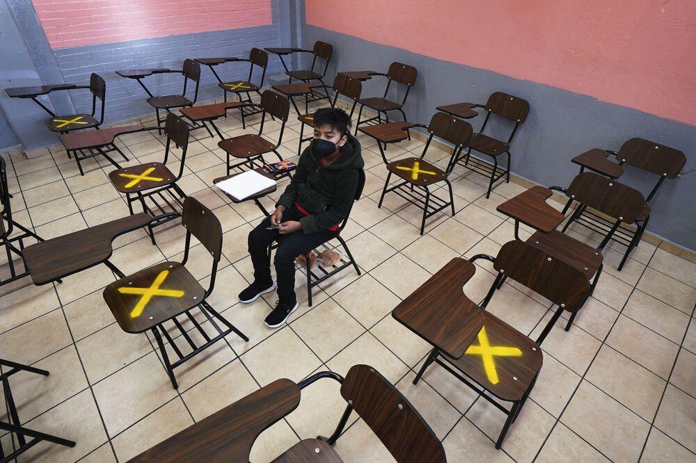 طالب يجلس بمفرده أثناء الفصل الدراسي الشخصي في مدرسة جمهورية الأرجنتين الثانوية في إيزتاكالكو، مكسيكو سيتي، 30 أغسطس 2021