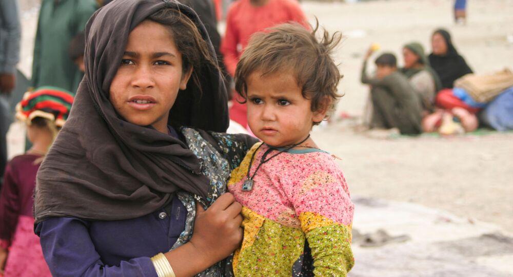 الأشقاء الذين وصلوا من أفغانستان مع عائلاتهم في خيامهم المؤقتة بالقرب من محطة للسكك الحديدية في شامان، باكستان 1 سبتمبر 2021