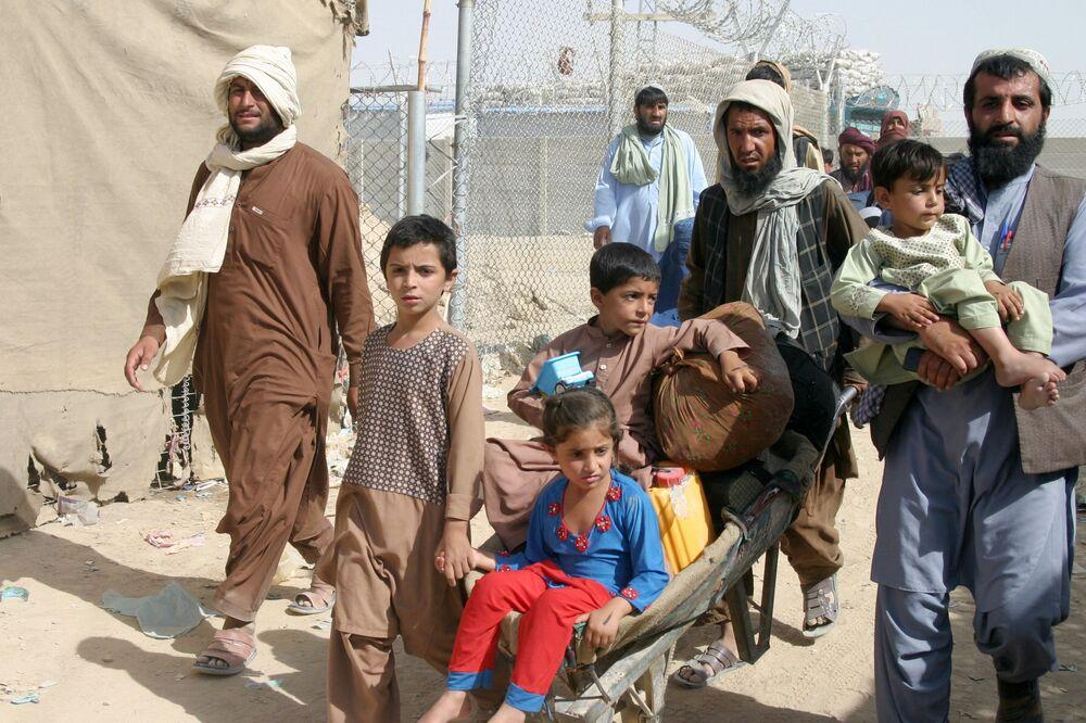 عائلة من أفغانستان تصل مع متعلقاتها عند نقطة عبور بوابة الصداقة في بلدة شامان الحدودية الباكستانية الأفغانية، باكستان، 27 أغسطس 2021