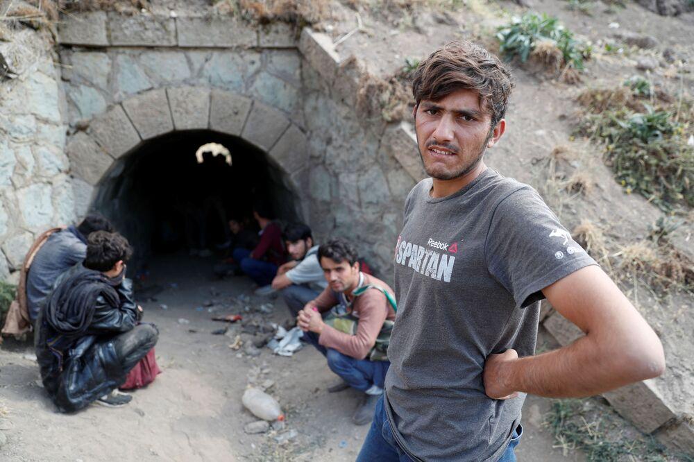 مهاجرون أفغان يختبئون من قوات الأمن في نفق تحت سكة القطار بعد عبورهم بشكل غير قانوني إلى تركيا من إيران، بالقرب من تاتفان في مقاطعة بيتليس، تركيا 23 أغسطس 2021