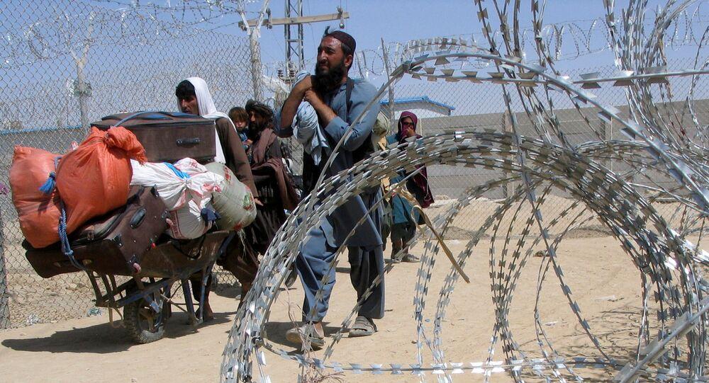 عائلة قادمة من أفغانستان تشق طريقها عبر نقطة عبور بوابة الصداقة في بلدة شامان الحدودية الباكستانية الأفغانية، باكستان، 19 أغسطس 2021