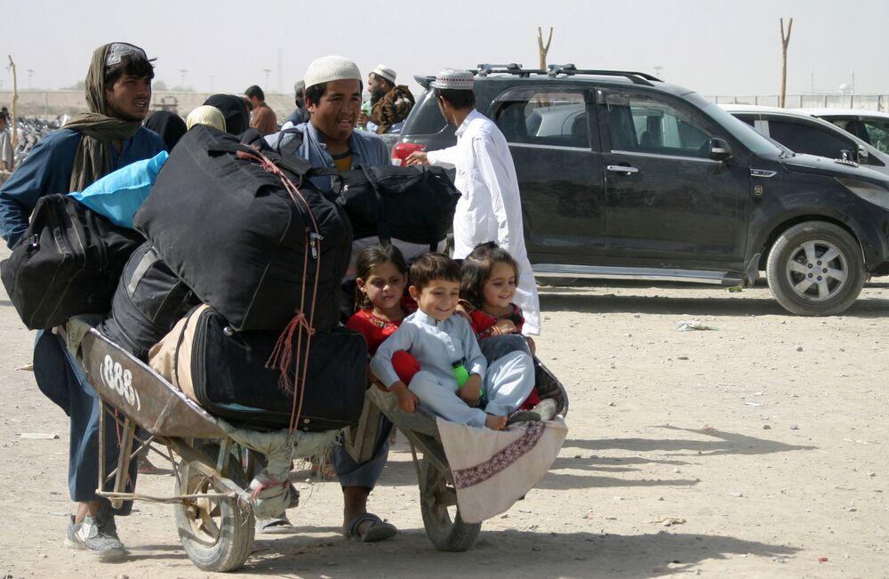 عائلة أفغانية تصل مع متعلقاتها عند نقطة عبور بوابة الصداقة في بلدة شامان الحدودية الباكستانية الأفغانية، باكستان، 27 أغسطس 2021
