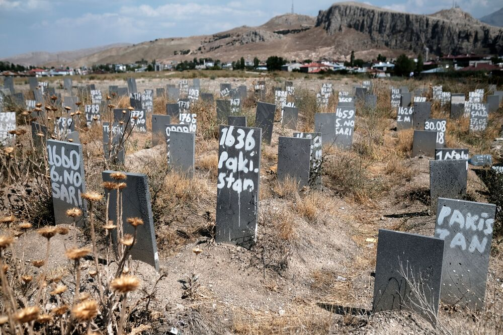 مقبرة حيث تم دفن مهاجرين غير شرعيين مجهولي، ماتوا بعد عبورهم إلى تركيا قادمين من إيران، في مدينة فان الحدودية في تركيا، 24 أغسطس 2021