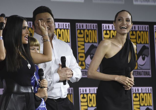 النجمة الأمريكية، أنجلينا جولي، مع النجمة المكسيكية، سلمى حايك