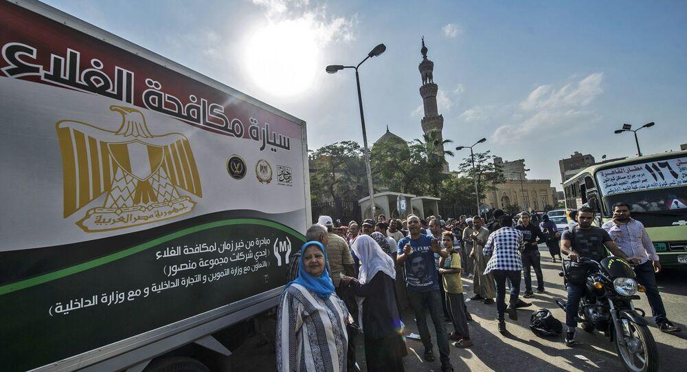 سيارة توفر السلع التموينية للمواطنين في مصر