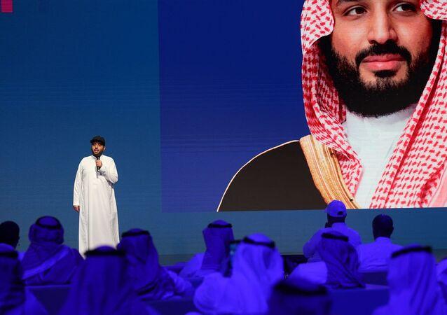 رئيس الهيئة العامة للترفيه في المملكة العربية السعودية، تركي آل الشيخ، متحدثا وخلفة صورة لولي العهد السعودي، الأمير محمد بن سلمان