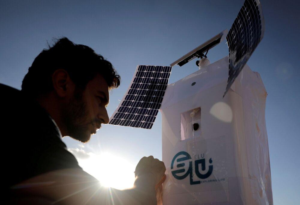تم تصوير روبوت إلو (ELU)، وهو روبوت يتم التحكم فيه عن بعد يمكنه استخراج الماء من الهواء، اخترعه المصري محمود الكومي، مهندس ميكانيك إلكترونيات، يبلغ من العمر 27 عامًا، في صحراء برج العرب، الإسكندرية، مصر، 1 سبتمبر 2021