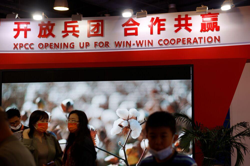 جناح Xinjiang Production and Construction Corps في المهرجان الاقتصادي الصيني الدولي CIFTIS 2021 في بكين، الصين 4 سبتمبر 2021